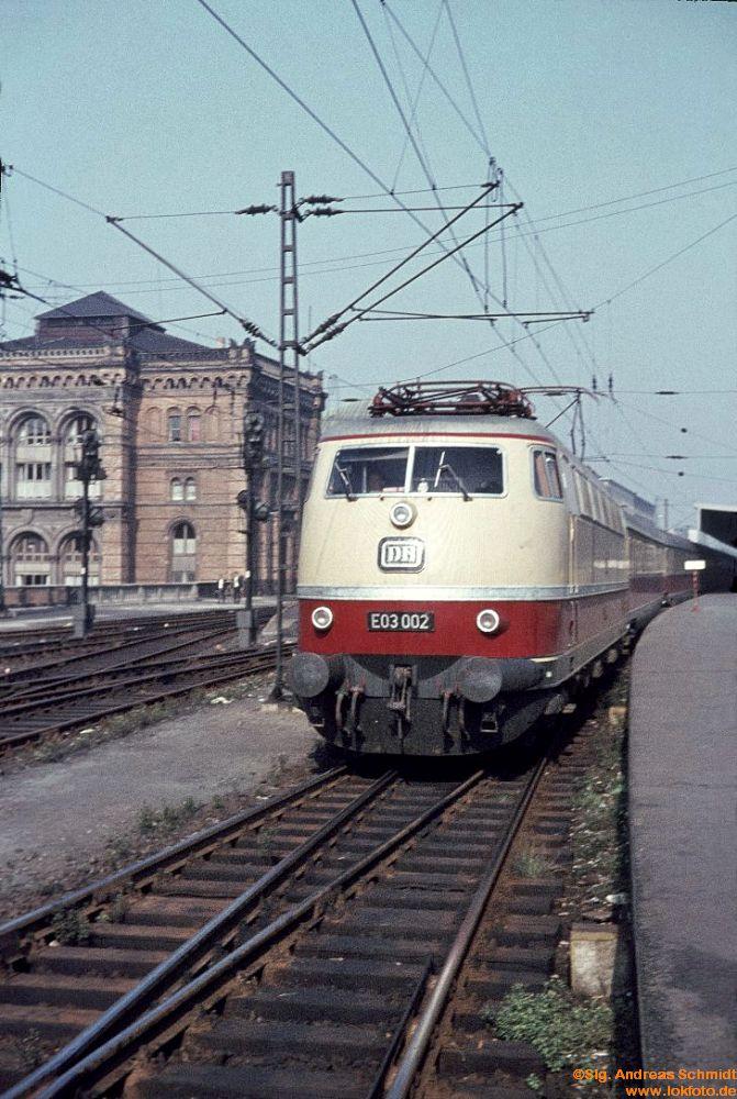 http://www.baureihen.lokfoto.de/BR_103/103_001_002/E_03_002_TEE_Blauer_Enzian_29.8.1966.jpg